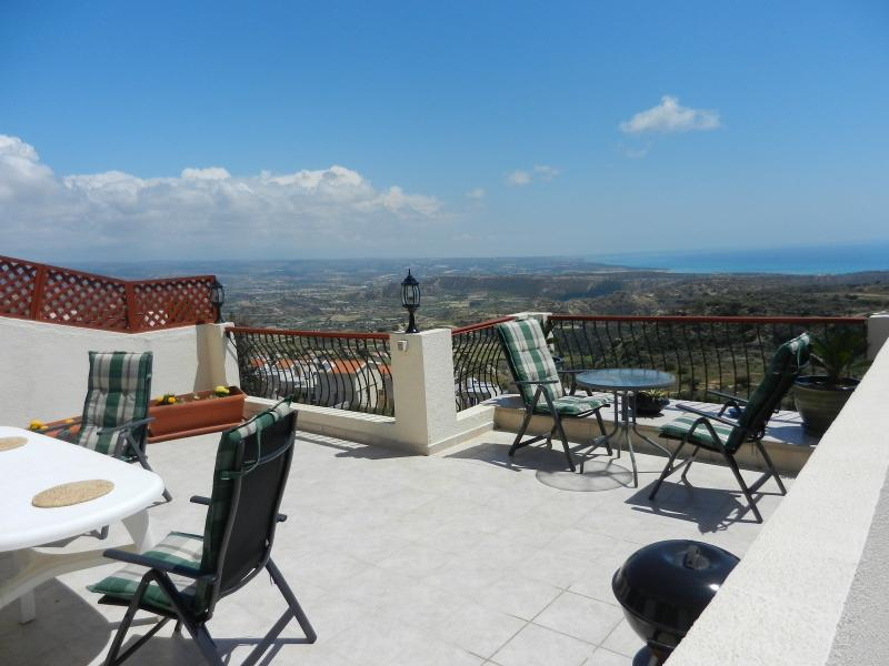 Upper terrace with view of the Mediterranean. Space to relax....