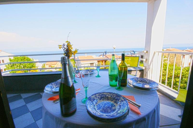Apartment with stunning sea view, small but charming and cozy, free WI-FI, holiday rental in Ravni
