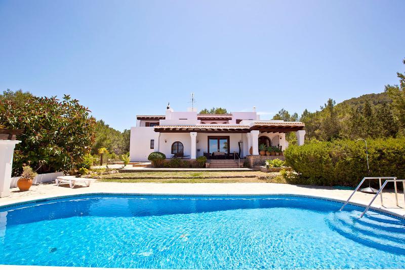 Villa Marlis Ibiza. Swimingpool and sun terrace. http://www.villamarlis.com