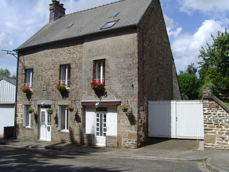 Charming Stone Village House, holiday rental in Herce