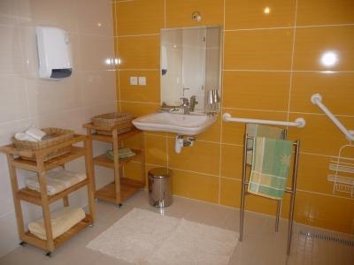 sale de bain avec douche à l'italienne homologuée pour tout en handicap