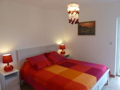 chambre du bas avec un grand lit de 160