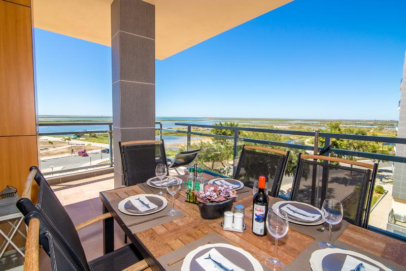 Corner apartment OCEAN VIEWin Village Marina, OLHAO: 180º uninterrupted sea view, holiday rental in Olhao