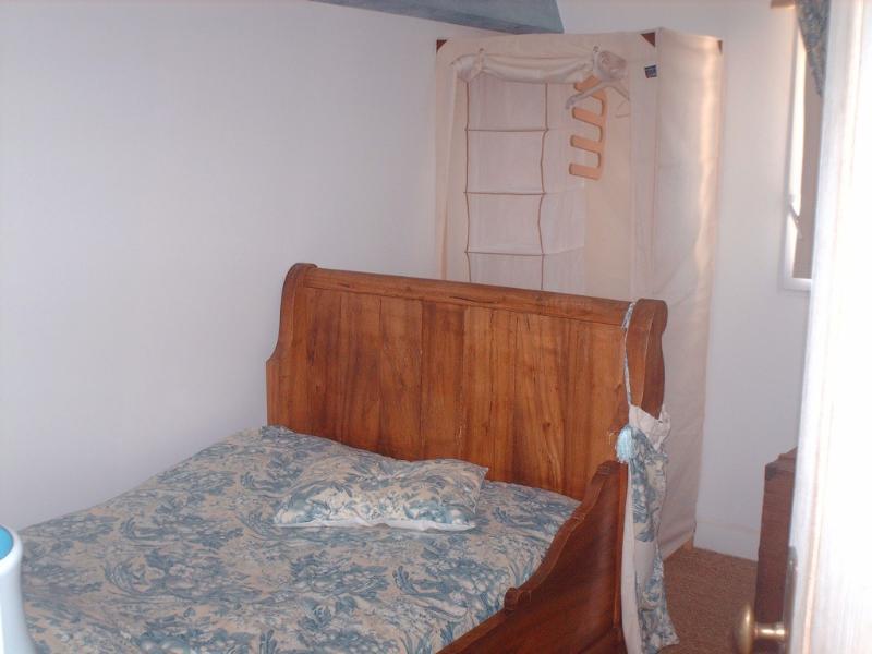 La chambre bleue à l'étage (lit 1 personne et demi)