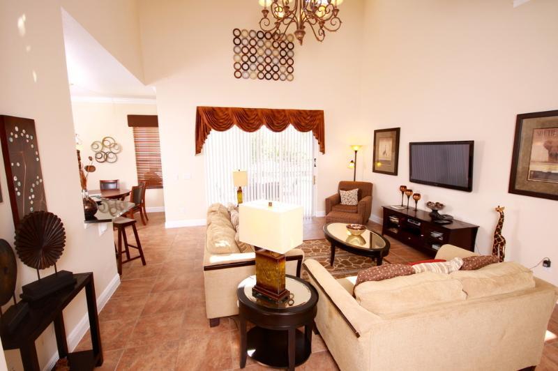 Grande plano aberto, sala de jantar / área de relaxamento com acesso directo à piscina