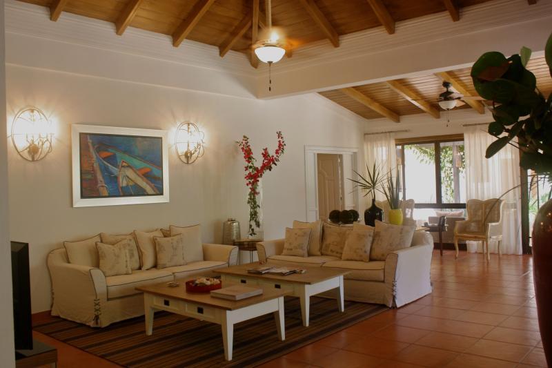 Beautifully renovated 6 bed. villa, Casa de Campo, location de vacances à Altos Dechavon