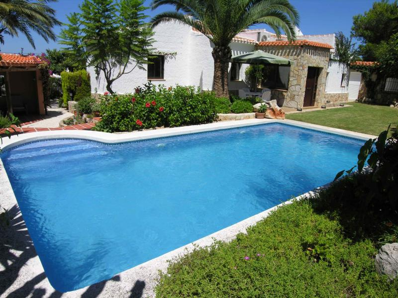 Award winning villa, pool & gardens, close to beach. LAST MINUTE DISCOUNTS AVAILABLE
