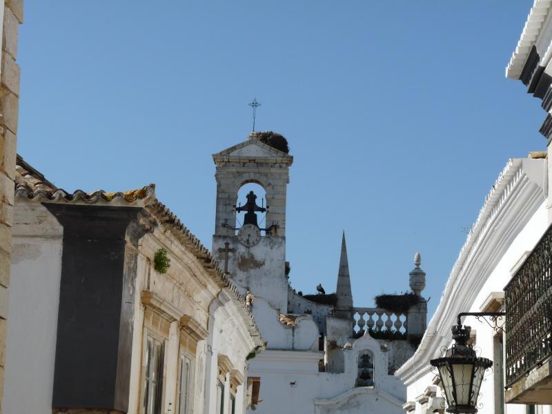 Disfrutar de las vistas en un paseo de 30 minutos en el tren a Faro y visitar el casco antiguo o pasear por el