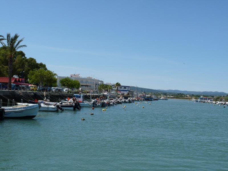 Barcos, bordean la Ría Formosa en Fuzeta