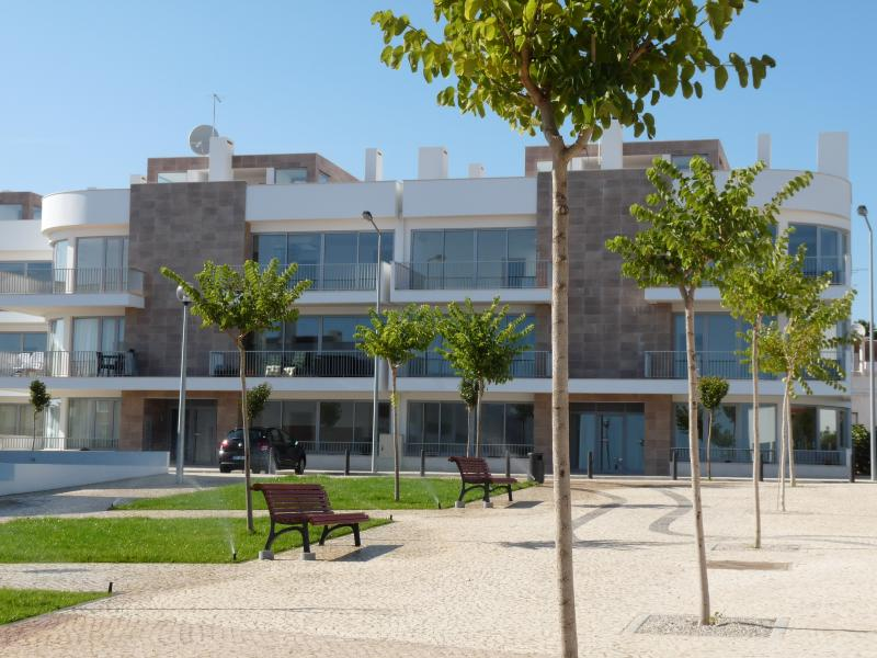Vista de la parte frontal del edificio de los jardines comunales