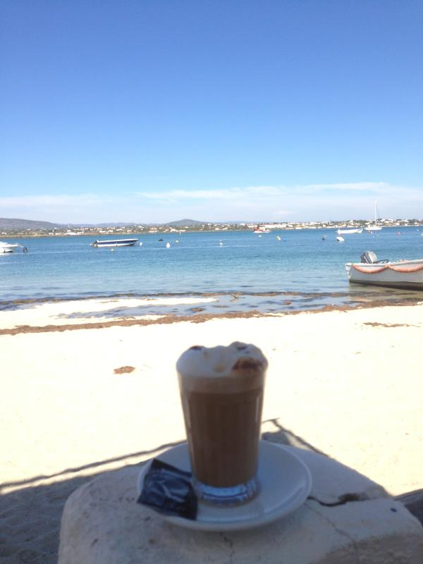 Tomar un corto en ferry a la isla de Armona de Olhau y disfrutar de un café / comida y unas vistas maravillosas.