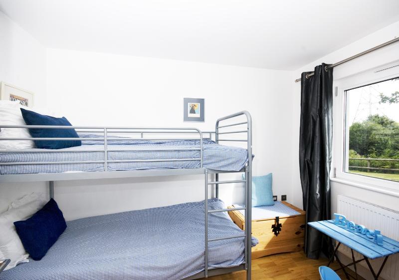 Etagenbetten - Erdgeschoss mit Nassraum / Garderobe nebeneinander. Sehr praktisch für Jungen.