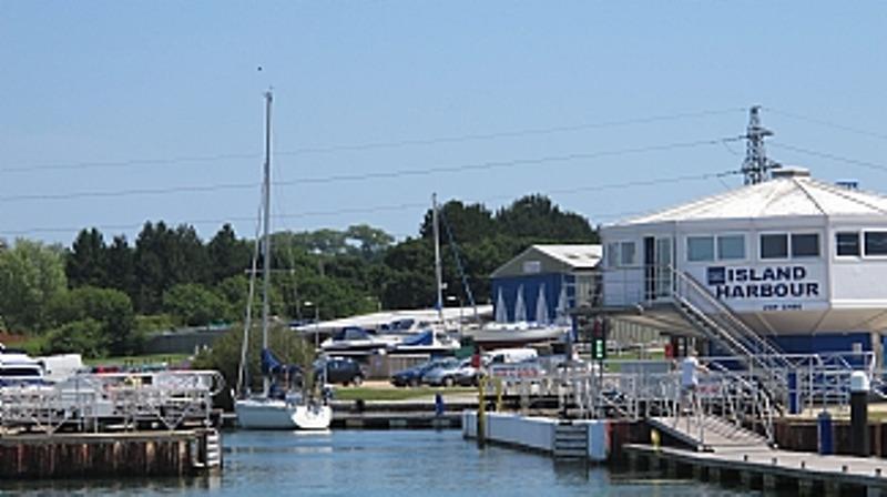 Eingang zur Insel Harbor Marina - ein spannender geschäftiger Hafen mit viel los.