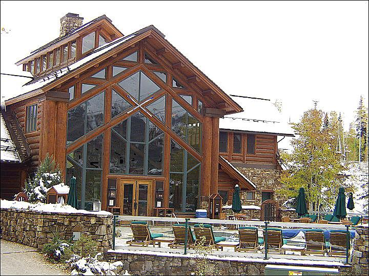 Exquisitie Lodge Building with Hot Tubs, Pool, Bar, and Meeting Rooms