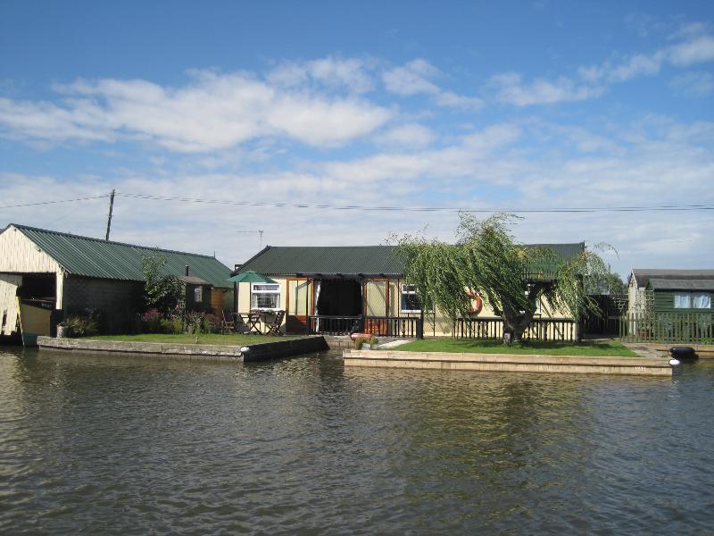 Het kleine huis op de rivier heeft een 60 ft rivier voorgevel