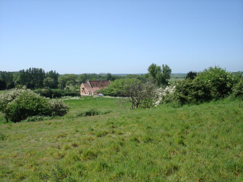 Mit Blick auf Barn. Die Scheune wird von Suffolk Wildlife Trust Sumpfland umgeben