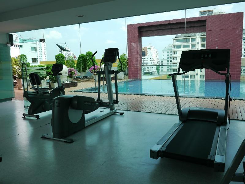 Sur le toit avec piscine, salle de gym et hammam