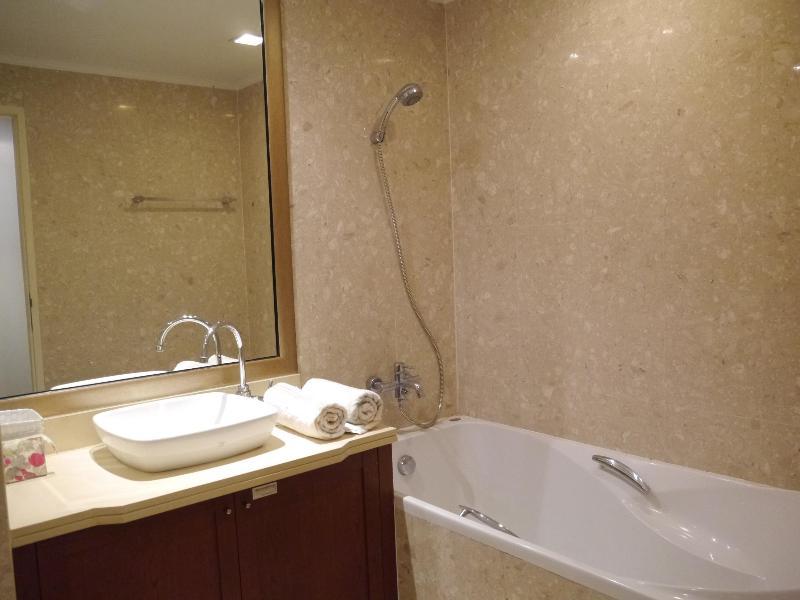 Salle de bains dans la chambre principale (1)
