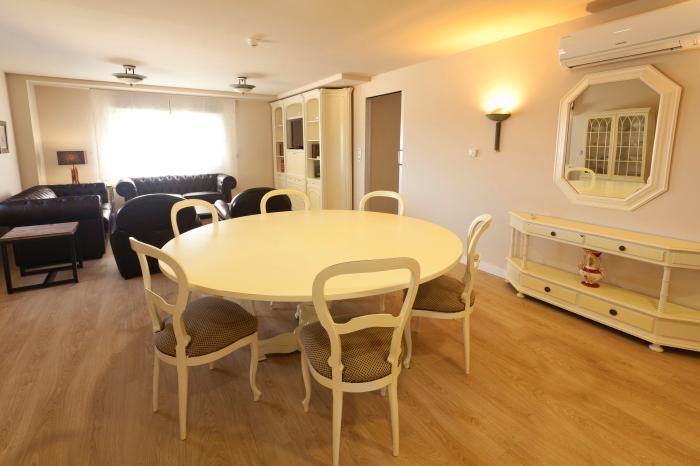Sala de 40 m ² com mesa de jantar redonda para dez convidados