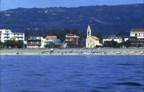 spiaggia piazza e chiesa di fondachello