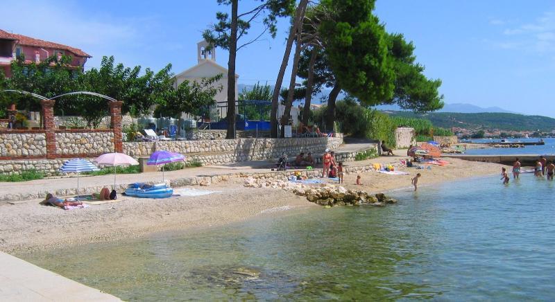 La playa hermosa con gravedad fina sólo 80 metros de la villa
