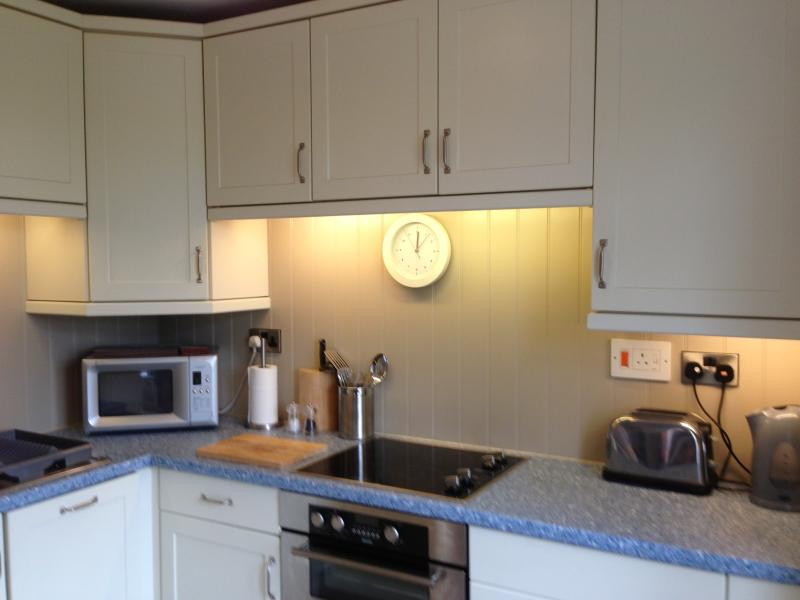 Fully equipped kitchen, including an integrated dishwasher