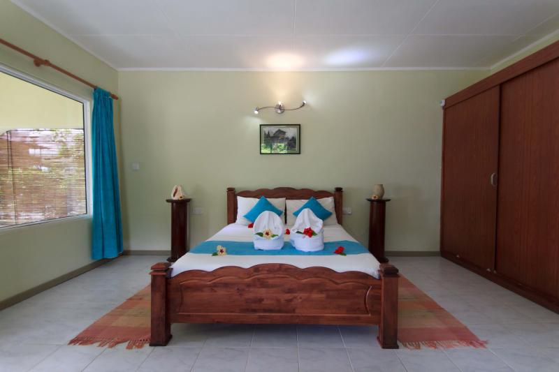 Coco Blanche Ocean View Villa queen size bed with air conditioned room