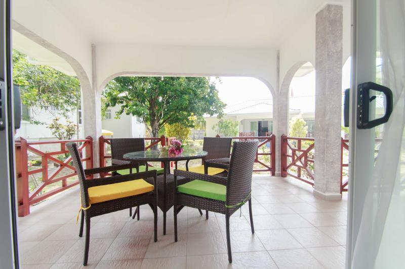 Coco Blanche Garden View Villa - outdoor dining experience on patio