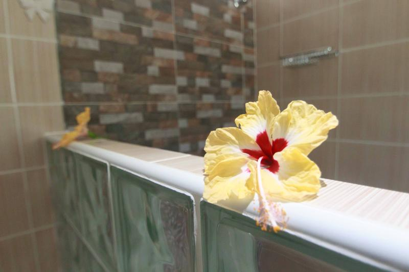 Coco Blanche Garden View Villa - beautifully tiled showers