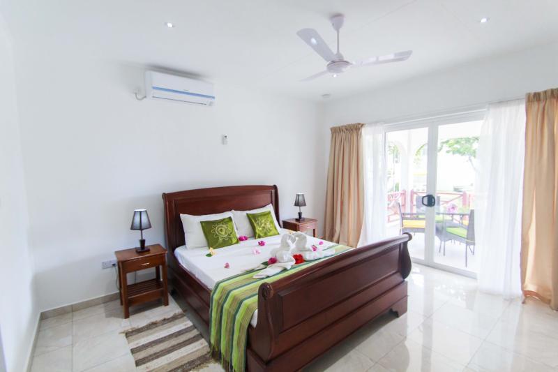 Coco Blanche Garden View Villa - extra long queen size bed