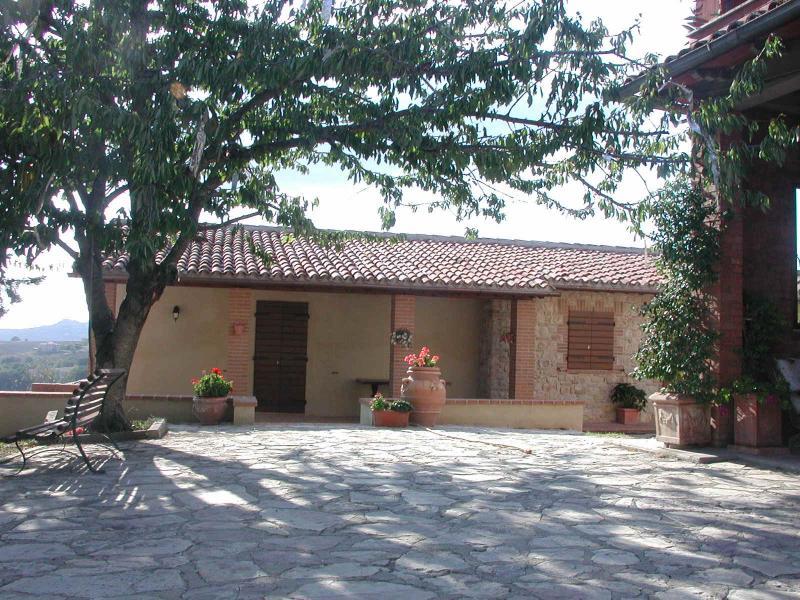 Casale panoramicissimo con piscina - Monticello, holiday rental in Collevalenza
