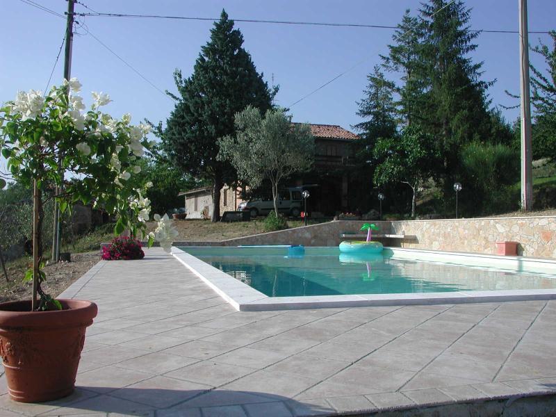 Casale panoramicissimo con piscina  S. Damiano, location de vacances à Torri