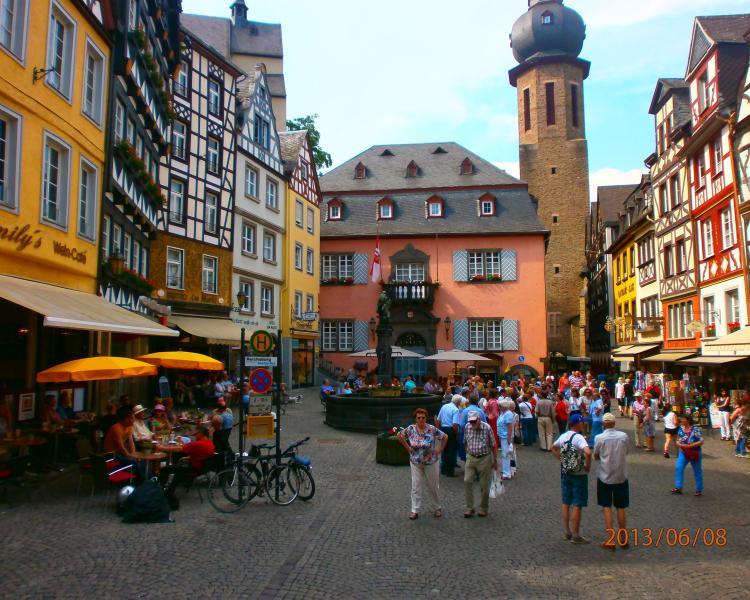 The tourist town of Cochem in the Main square.