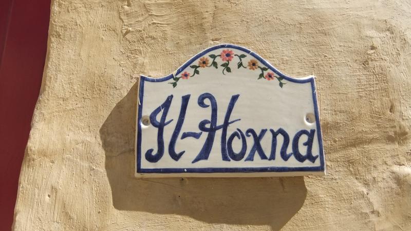 Il nome Hoxna significa una signora grassa; in parte perché il numero civico è 18.