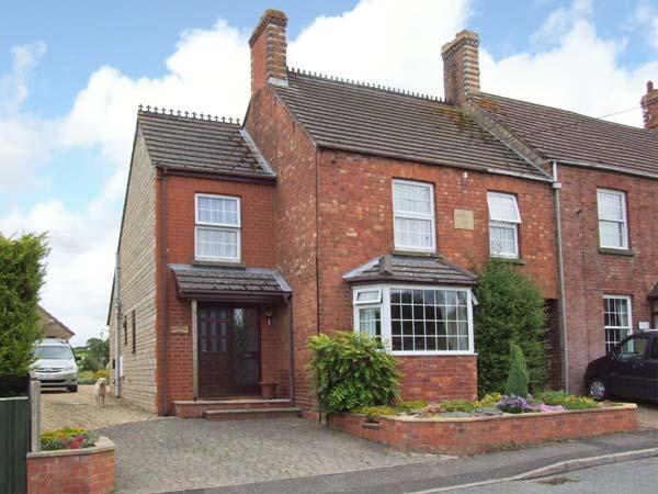 GLADSTONE VILLA, pet-friendly, WiFi, sun room, BBQ in Dursley Ref 903875, vacation rental in Amberley