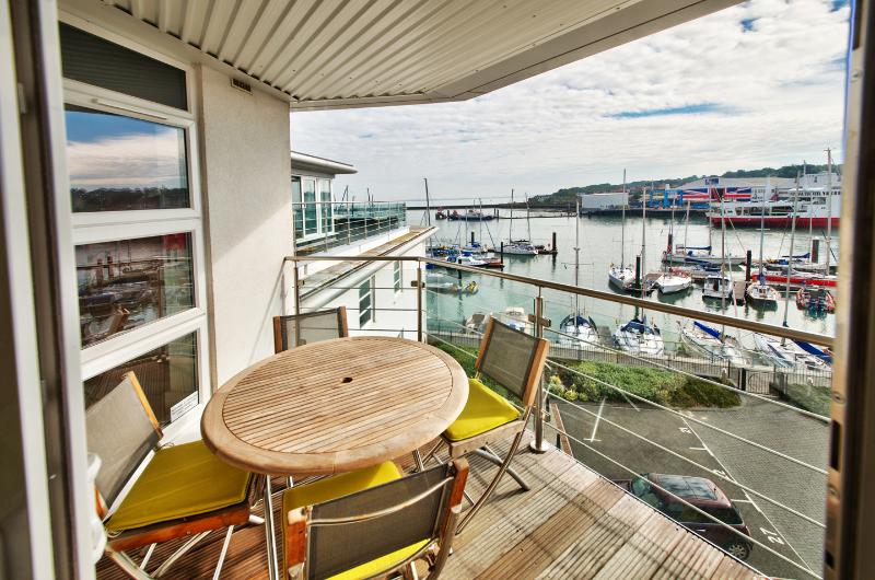 Luxury Cowes Penthouse Self Catering Accommodation with Three Bedrooms, vakantiewoning in Cowes