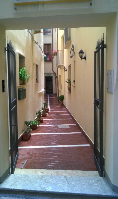 -entrance courtyard entry courtyard