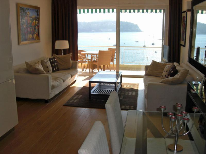Sitting room with balcony and view of the bay