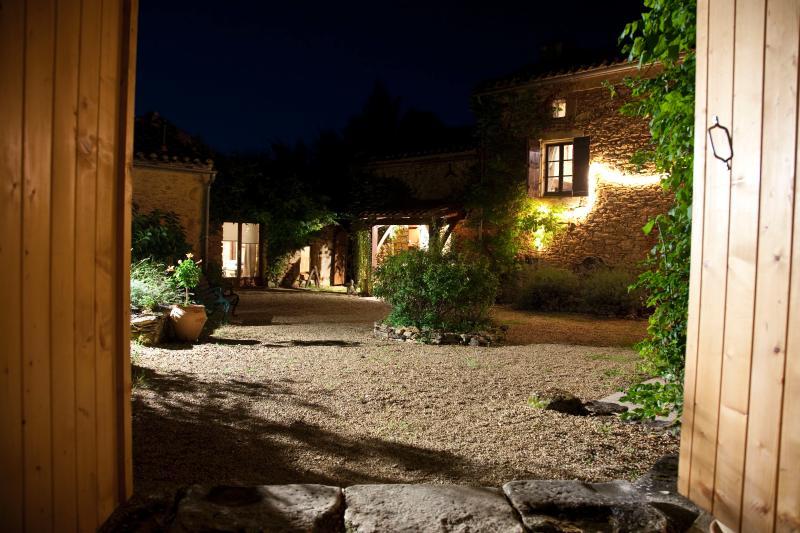 La cour la nuit, montrant la ferme et Chambre Une à gauche.