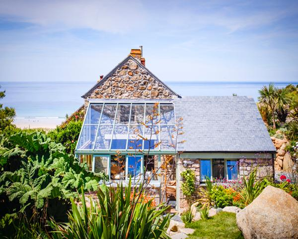 CASTAWAYS, a Cornish cottage by the beach with superb sea views and lush garden, casa vacanza a Sennen