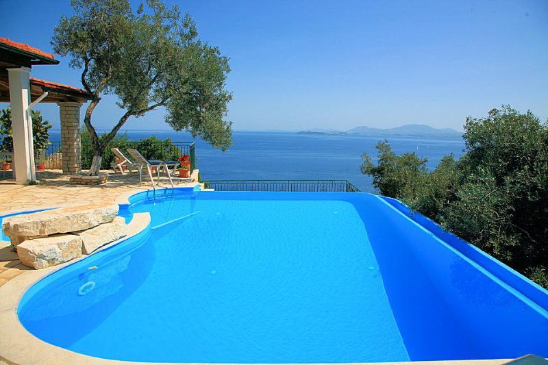 Persephone: Large Private Pool, Walk to Beach, Sea Views, A/C, WiFi, alquiler de vacaciones en Katavolos