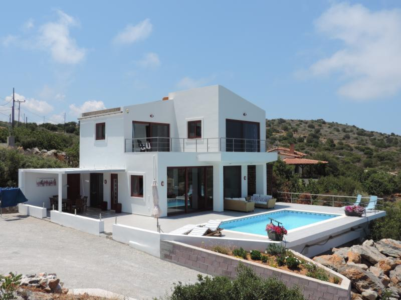 Architect Designed Very Modern Villa with Incredible Sea and Rural Views + Pool, Ferienwohnung in Epano Sisi