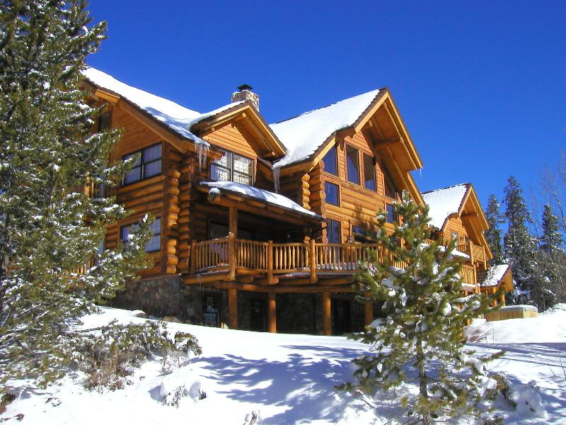 6 bedrooms, 5.5 baths, central to every resort, backs up to national forest