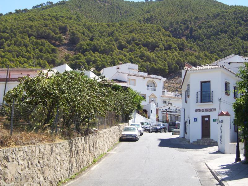 Inmatning Alcaucín by, turistinformation på höger, favorit restaurang på vänster!