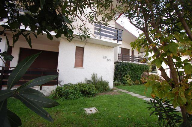 giardino dal lato entrata principale della Villa Resy