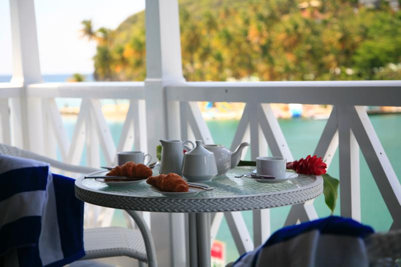 Stunning Waterfront Apartment, aluguéis de temporada em Marigot Bay