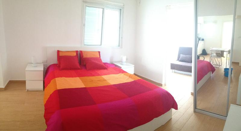 Warm Renewed apt in the center, vacation rental in Tel Aviv