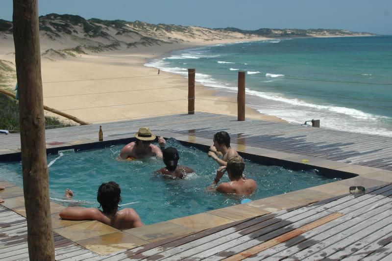 Ragazzi in piscina e in spiaggia
