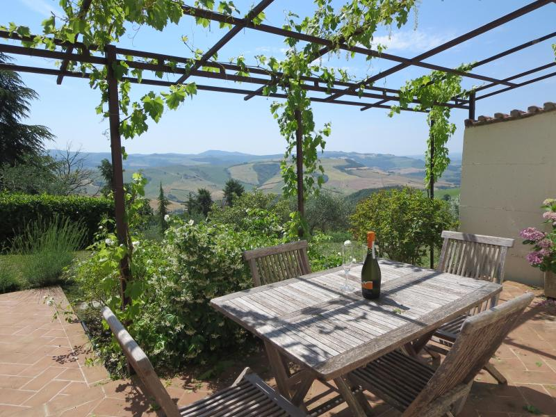 Beautiful Independent Tuscan Cottage For 2 With Spectacular Views, vacation rental in Casciano
