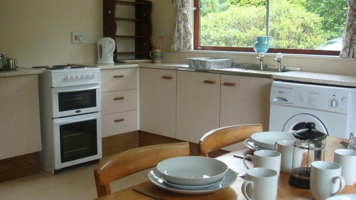 Cocina está totalmente equipada con una nevera grande, lavadora, lavavajillas 6 sillas y mesa.